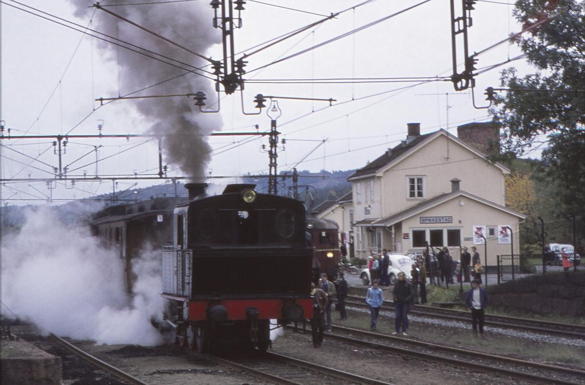 Spikkestad stasjon. Ekstratog for Norsk Jernbaneklubb. Damplokomotiv Norsk Hydro M2.