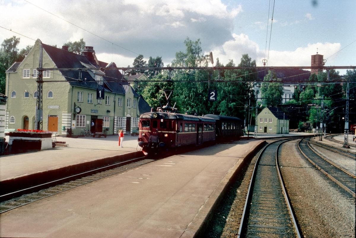 Notodden stasjon sett fra El 8 2071 i godstog til Tinnoset.