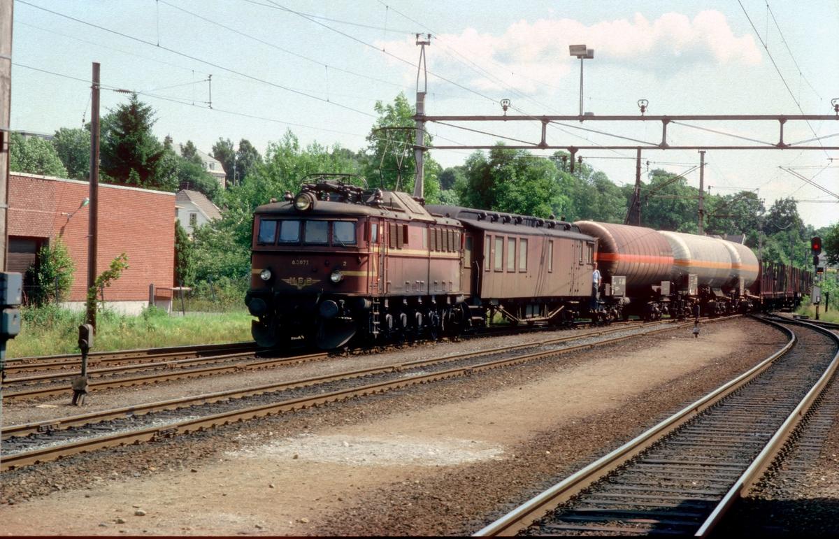 Godstog fra Porsgrunn (Herøya) til Tinnoset (Rjukan) ankommer Skien. NSB elektrisk lokomotiv El 8 2071