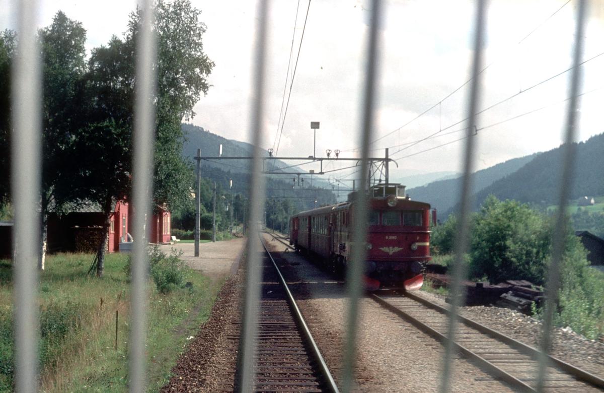 Kryssing i Urdland stasjon. Bildet er tatt fra et lokomotiv type El 14, og kryssende tog kjøres med et lokomotiv type El 9.