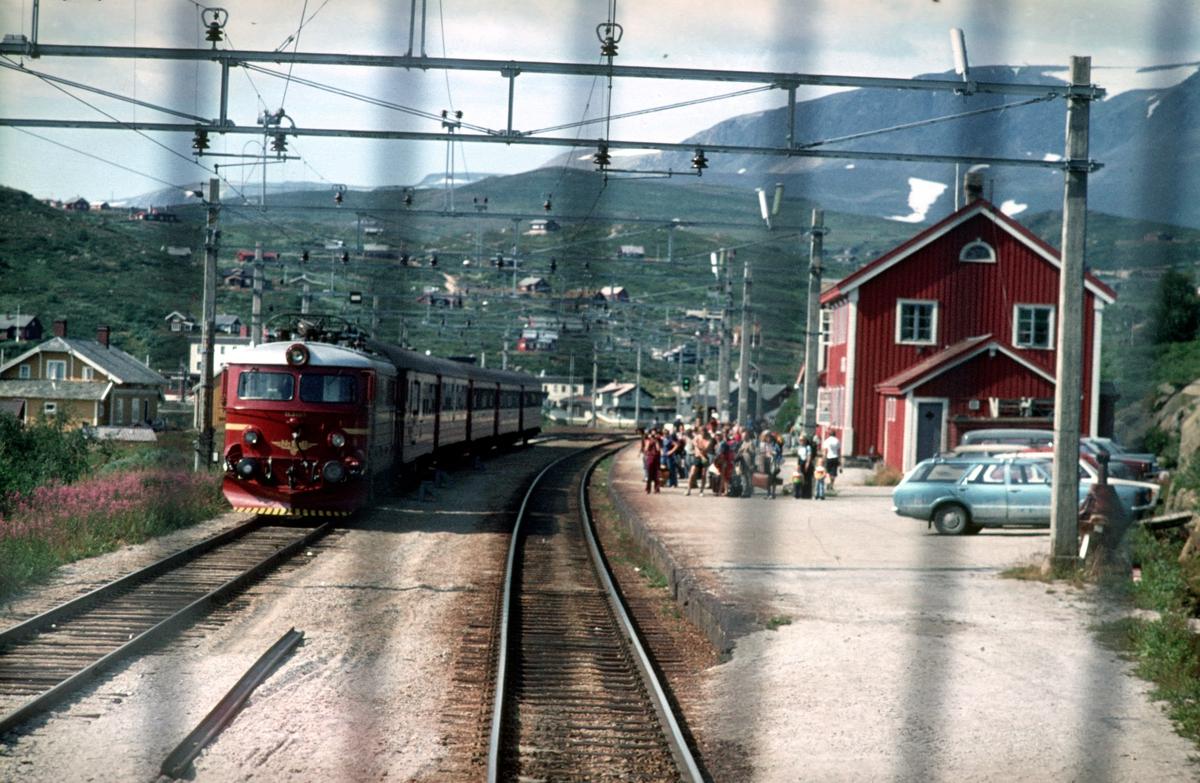 Kryssing på Ustaoset stasjon. Utsikt fra lokomotivet på tog 601.