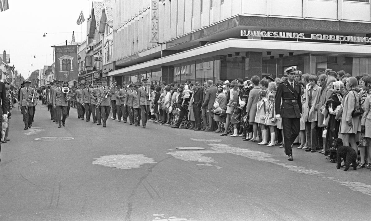 17. mai - 1970. Del 2 av 4. Kransenedlegging, roing, barne- og folke-tog.