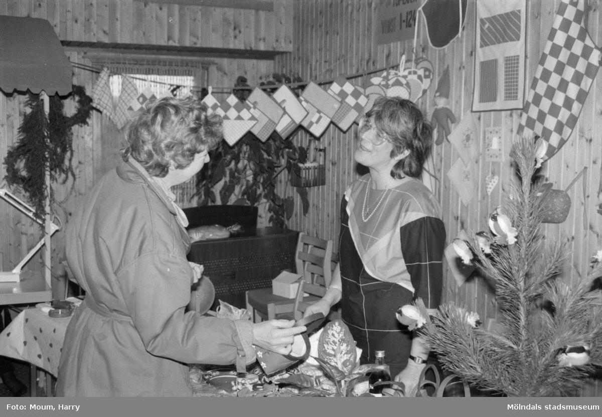 Julbasar i Kållereds Missionskyrka, år 1984. Till höger Marita Aronsson, politiker i Mölndal. Då aktiv i Kållereds Missionskyrka.  För mer information om bilden se under tilläggsinformation.