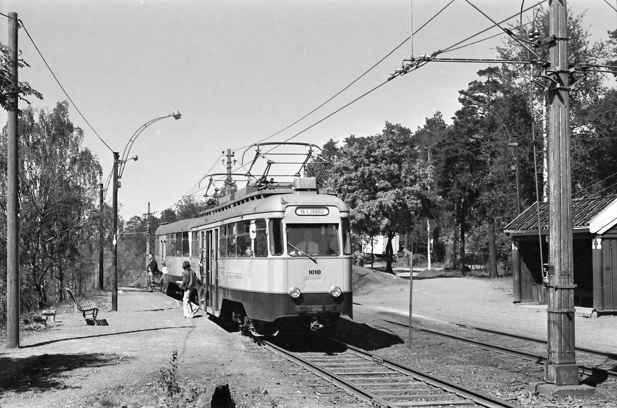 Ekebergbanen, Oslo Sporveier. Vogn 1010 på Jomfrubråten holdeplass.