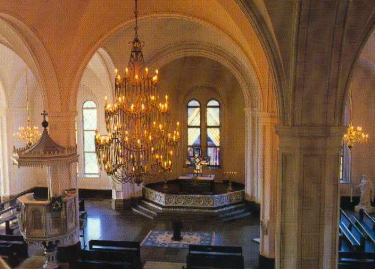 Fästningen. Garnisonskyrkan, interiör. Bajonettkronan samt altaret.