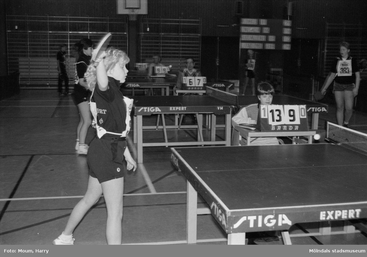 """Lindome GIF anordnar bordtennisturneringen """"Nyårsloopen"""" i Almåshallen i Lindome, år 1985.  För mer information om bilden se under tilläggsinformation."""