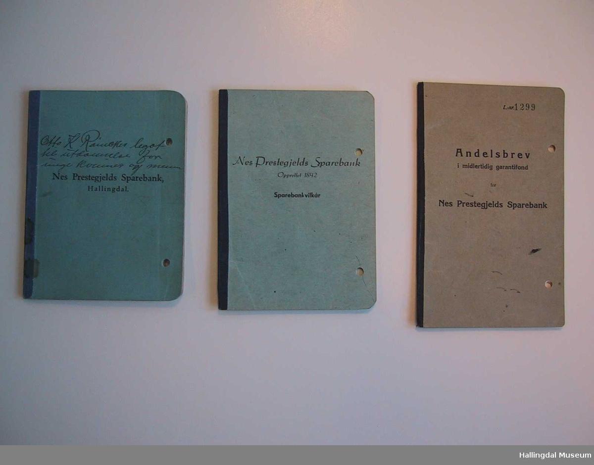 Tre bøker i tilknytning til Otto K. Rømckes legat til utdannelse for unge kvinner og menn: Bankbok, Sparebankvilkår og Andelsbrev. Hullet med hullemaskin på høyre side.  (Om bilderekken - se referanser)