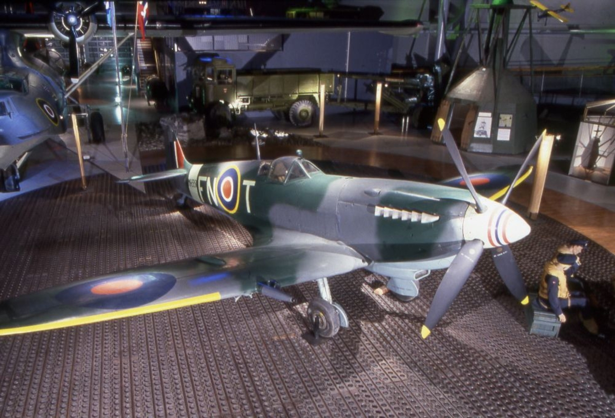 Ett fly: Supermarine Spitfire LF.MK.IXe), britisk jagerfly.