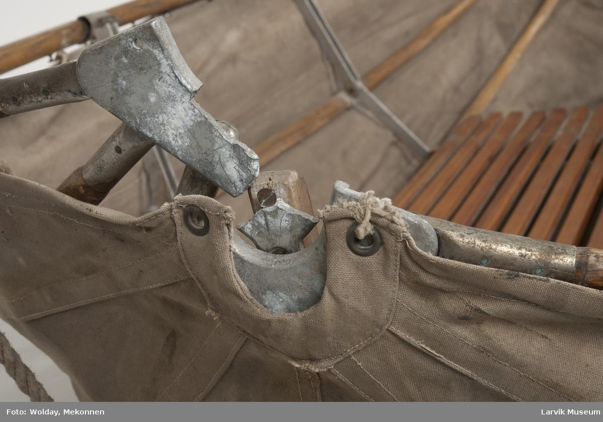 Båt av seilduk m. ribber, sammenleggbar + padleåre
