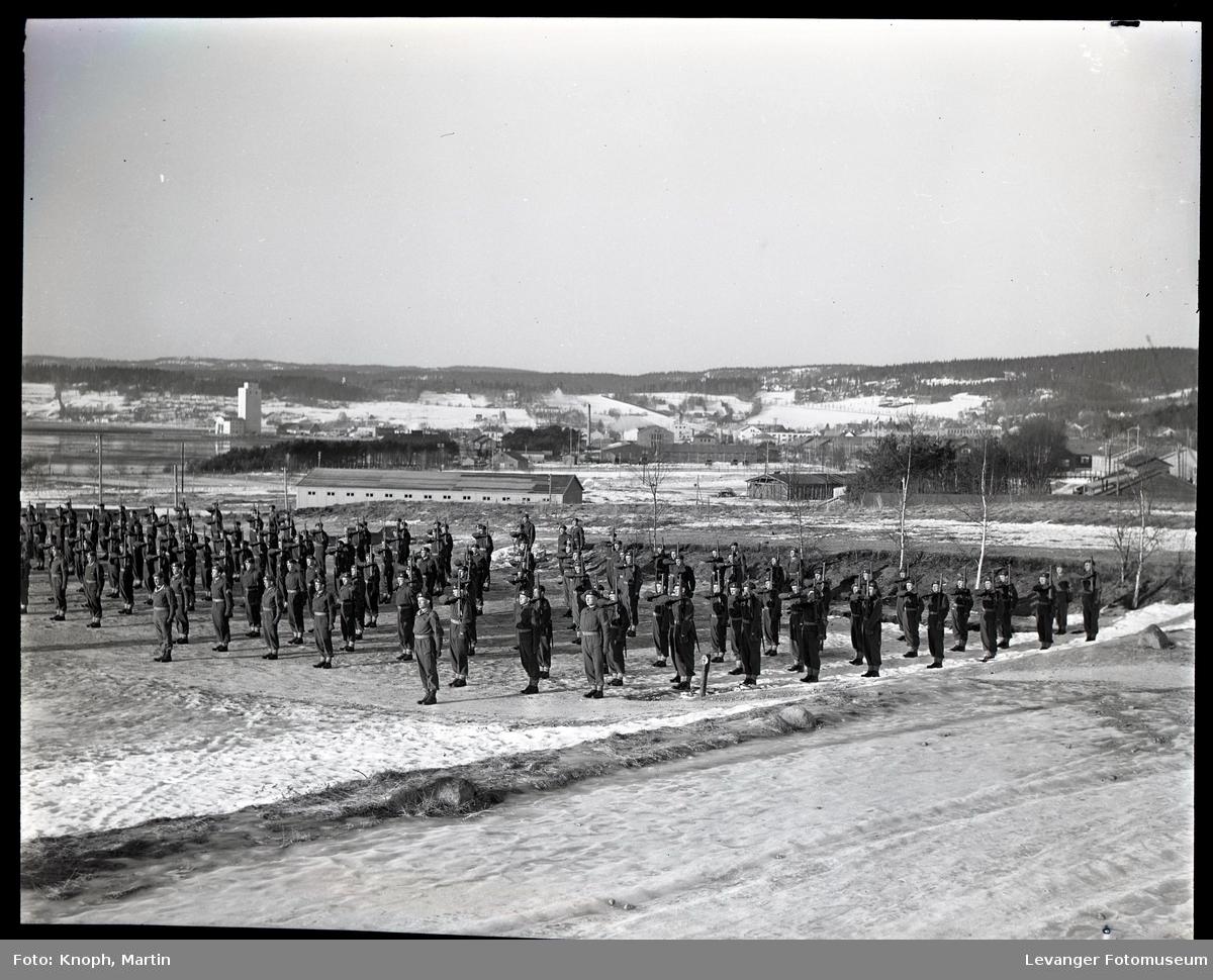 Soldater oppstilt på Steinkjersannan  I