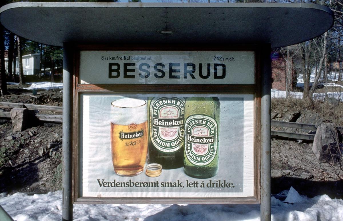 A/S Holmenkolbanen. Holmenkollbanen. Reklame for Heineken pilsener øl på Besserud stasjon. Alkoholreklame.