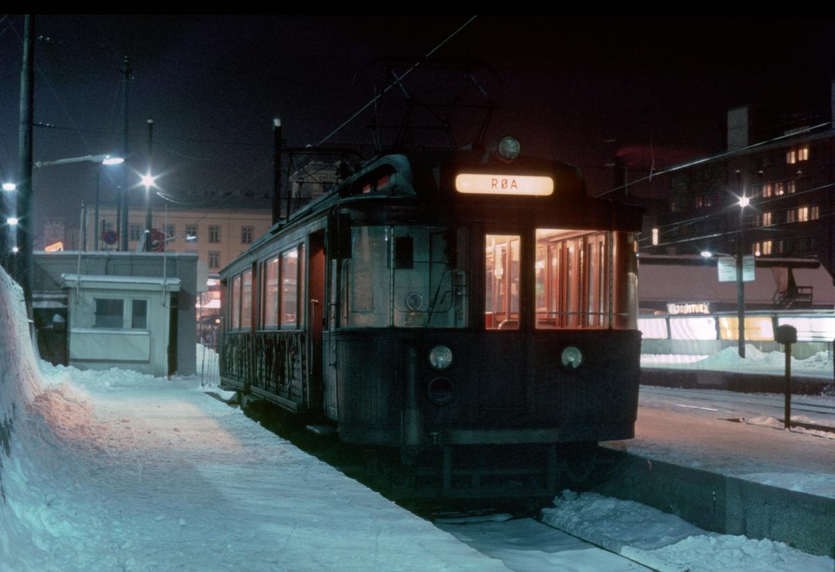 A/S Holmenkolbanen. Oslo Sporveier. Vogn 39, type 1914 (Skabo, Westinghouse, HKB verksted) i buttsporet på Majorstuen. Vognen som stod her gikk ut som første enkelvogn på Røabanen (Østerås) om kvelden i 20-tiden.