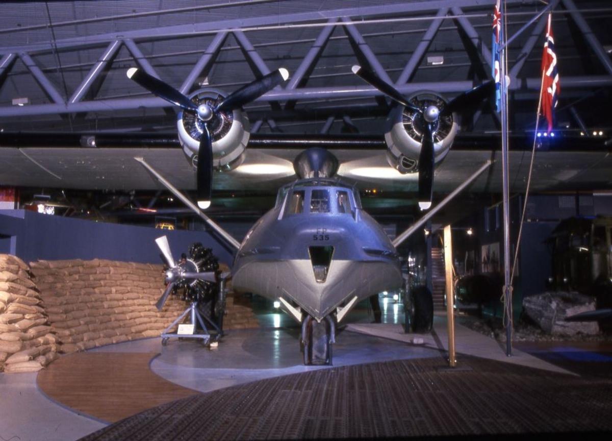 Ett fly: Consolidated PBY-5A Catalina, amerikank maritimt patruljefly.