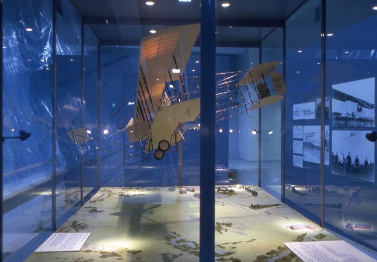 Foto av monter med en flymodell, tatt innendørs