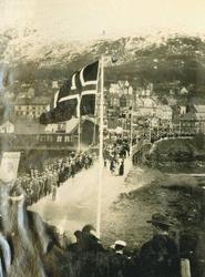 17. mai-tog opp Frydenlundbrua (sukkenes bro)