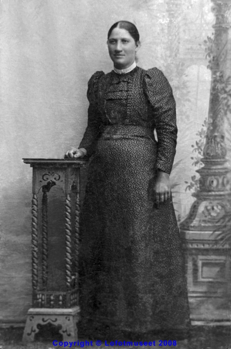 Repro. Ateljebilde av en kvinne ca 1890-1900. bestiller : Borgny Iversen.