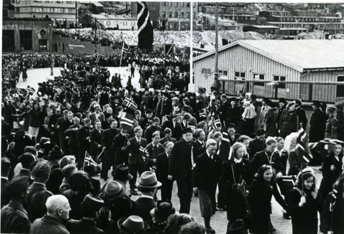 17.mai-toget 1945 på Frydenlundsbroa-