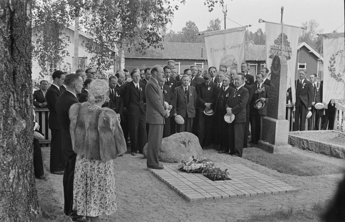 Kransenedlegelse, Elverum kirkegård. 1950. Sangens og musikkens dag?