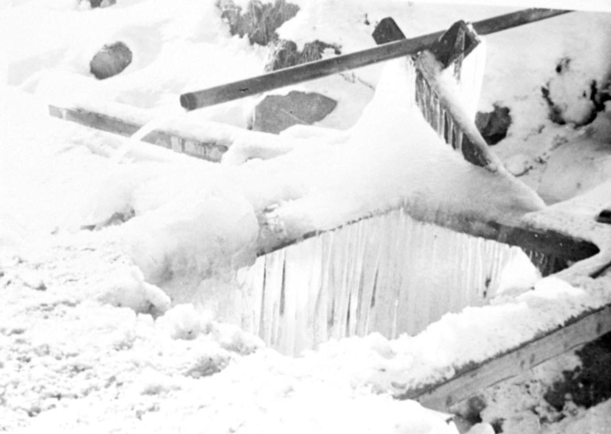 Grunnmur -fundament. Snø på bakken.