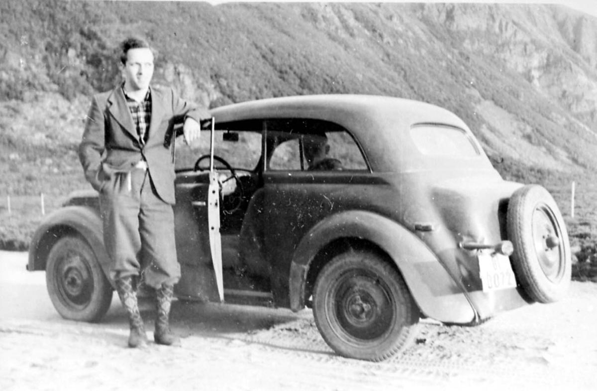 Portrett. 1 person, mann ved kjøretøy - personbil, Opel Kadett 1938-39.
