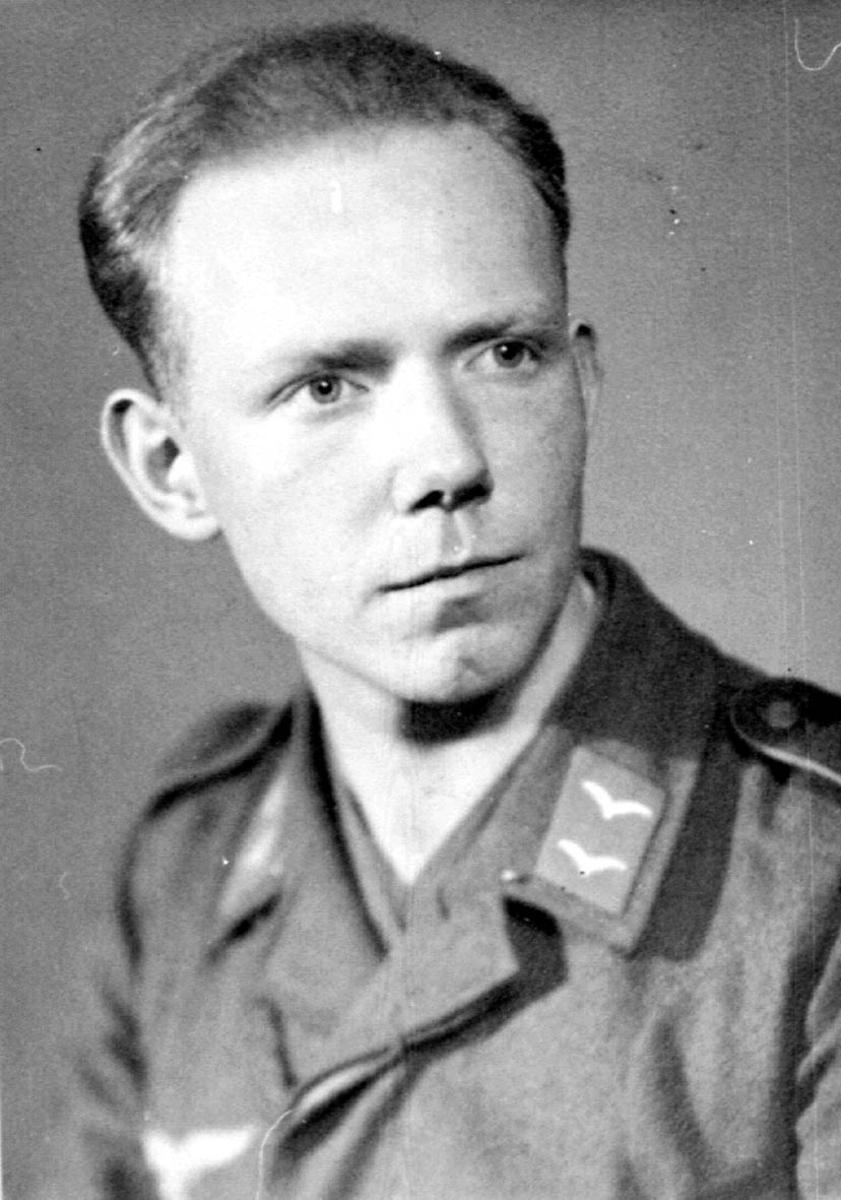 Portrett. 1 person, mann i militæruniform