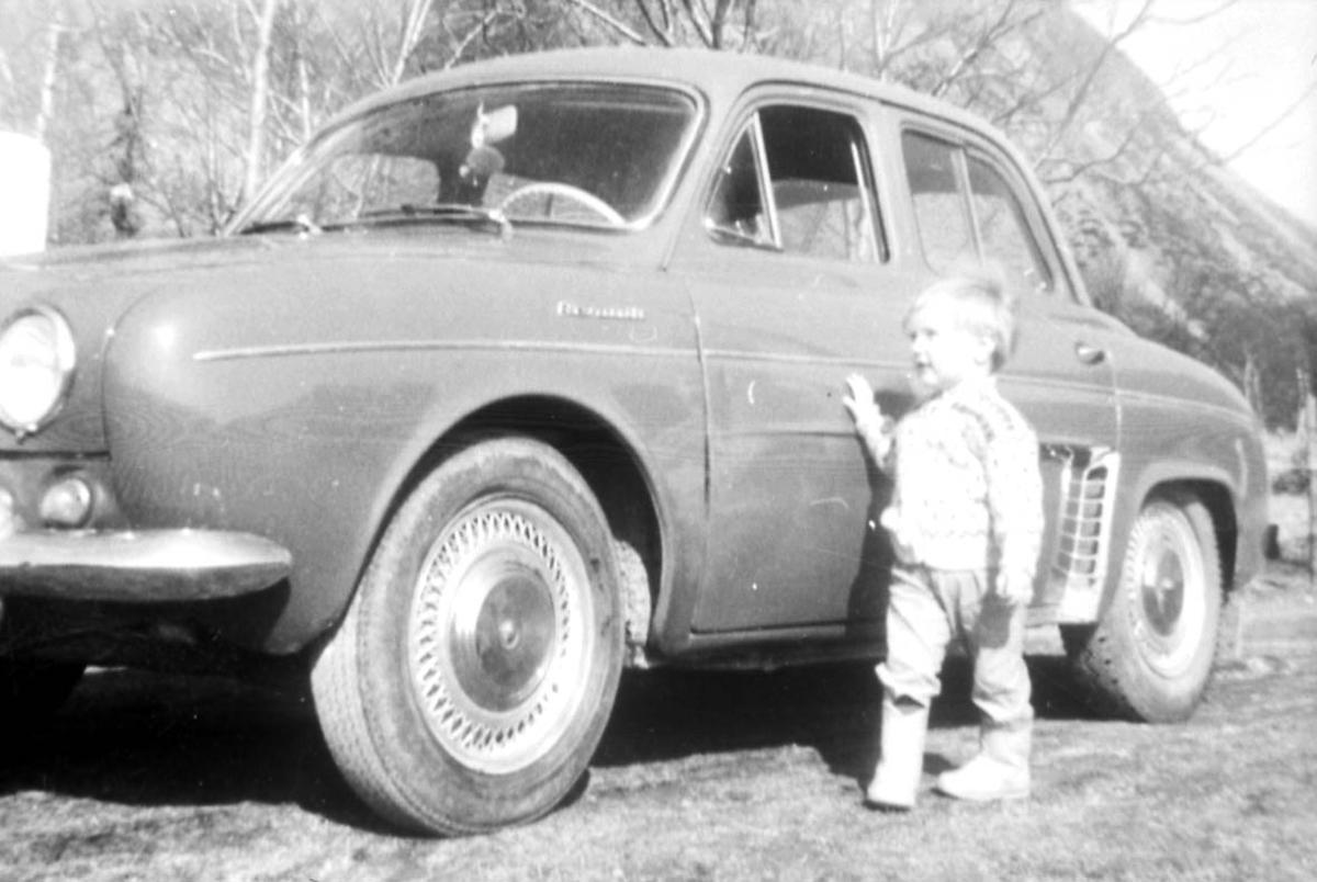 Portrett. 1 person, barn. Utendørs ved et kjøretøy - personbil, Renault Dauphine 1956-67.