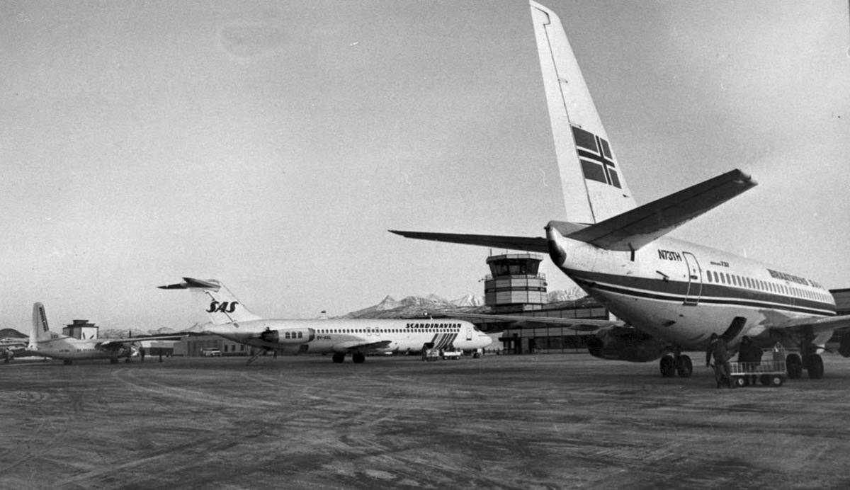 Lufthavn. 3 fly på bakken, B737 N73TH fra Braathens SAFE, DC-9 fra SAS og Fokker 50 fra SAS Norlink. Kontrolltårnet i bakgrunnen.