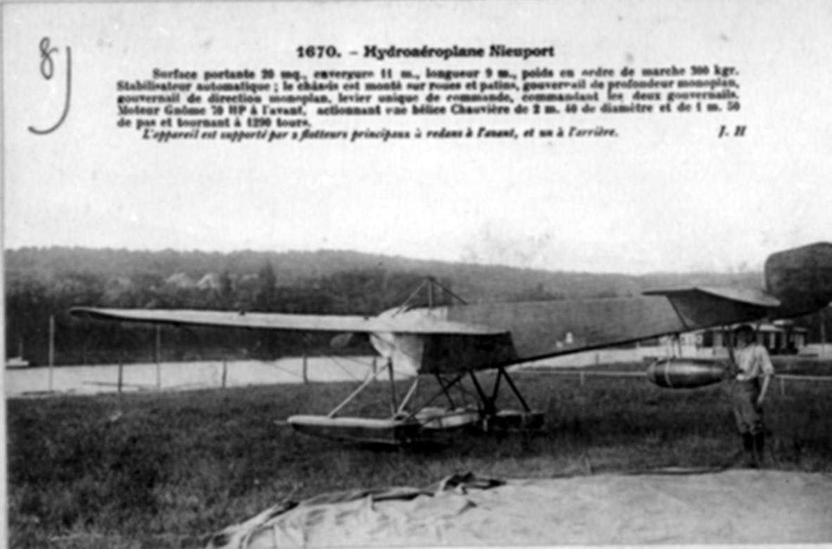 Ett fly på bakken, Nieuport. En person, mann, ved flyet.