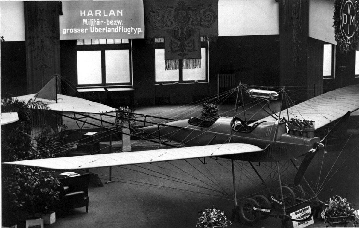 Ett fly, Harlan, inne i utstillingshall eller lignende.