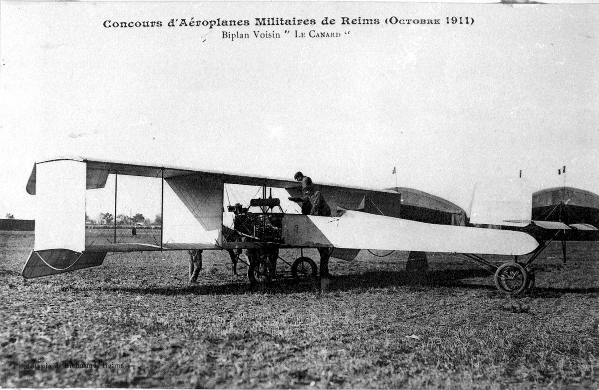 Ett fly i lufta, Voisin Canard. Noen personer ved flyet.