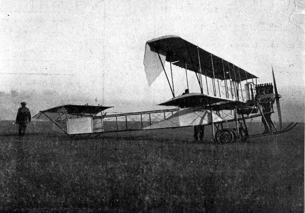 Utklipp: Ett fly på bakken, Otto Typ II. Noen personer ved flyet.