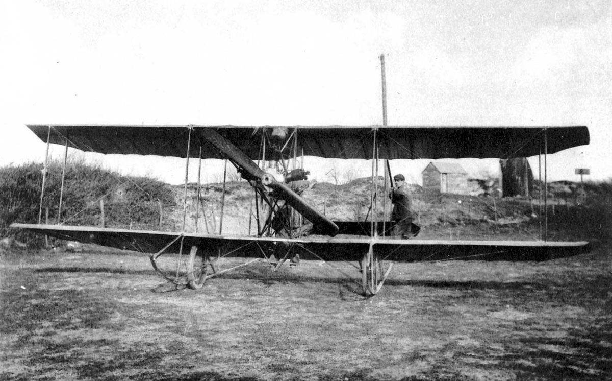 Utklipp. Ett fly på bakken, Caudron A. To personer, menn, ved flyet.