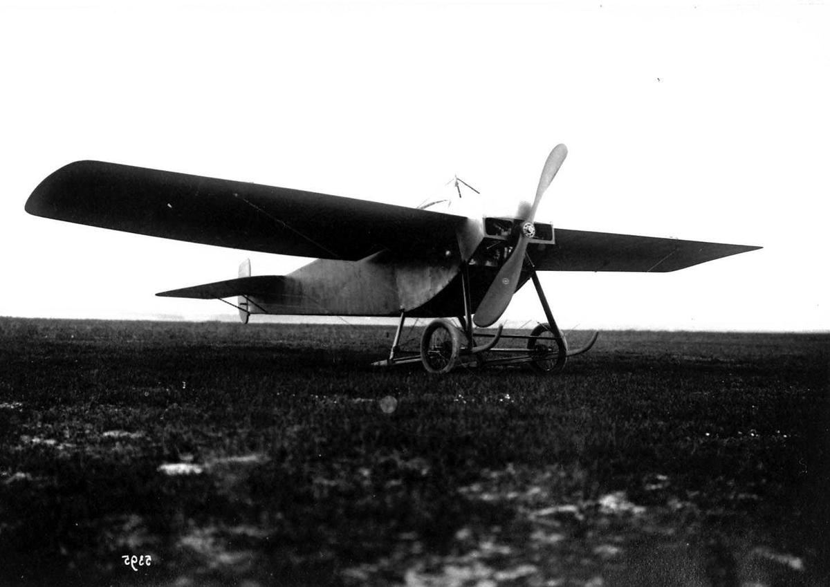 Ett fly på bakken, Hanriot DII,