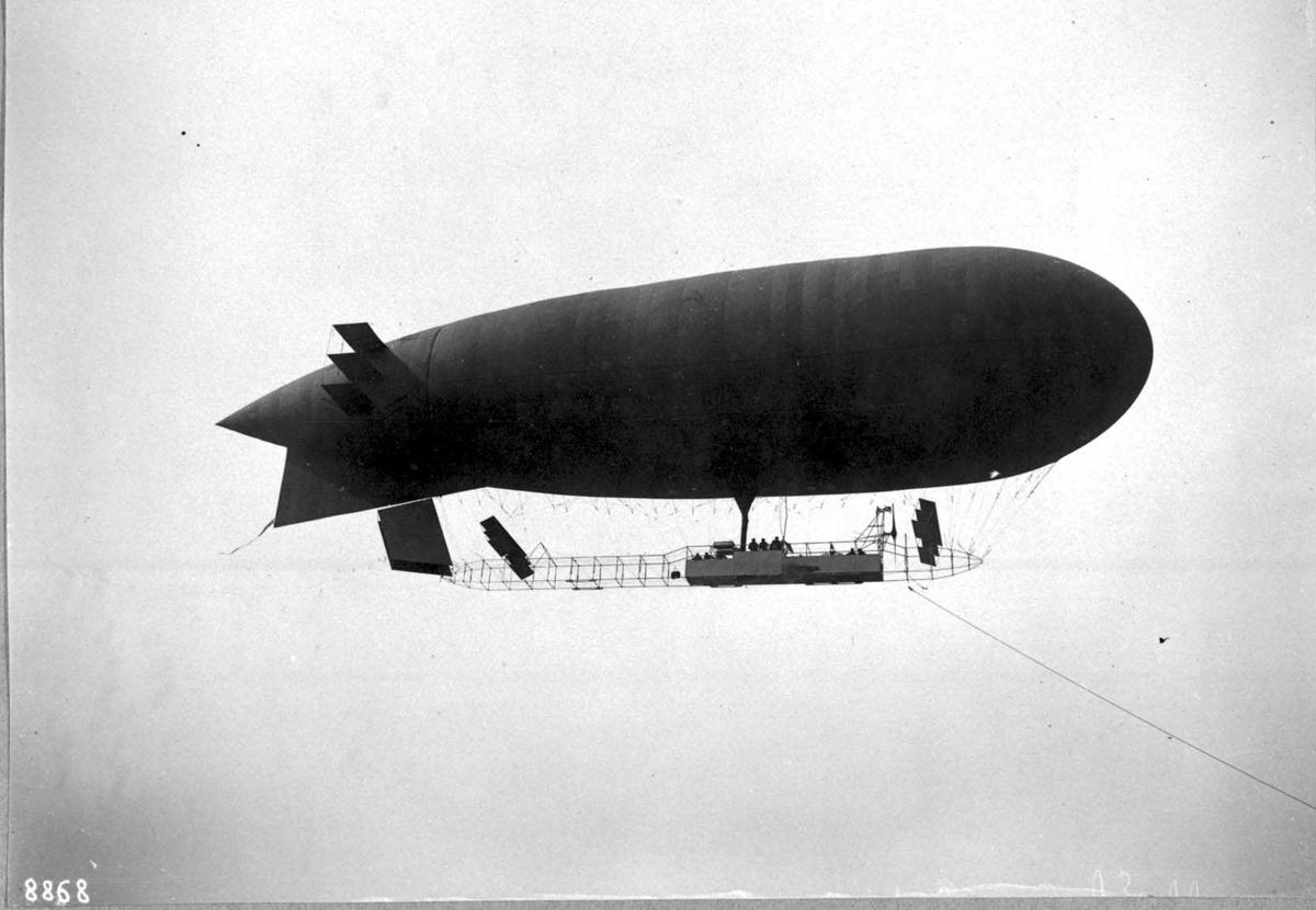 Ett luftskip i lufta, Astra 12. Navn: Eclaireur contè