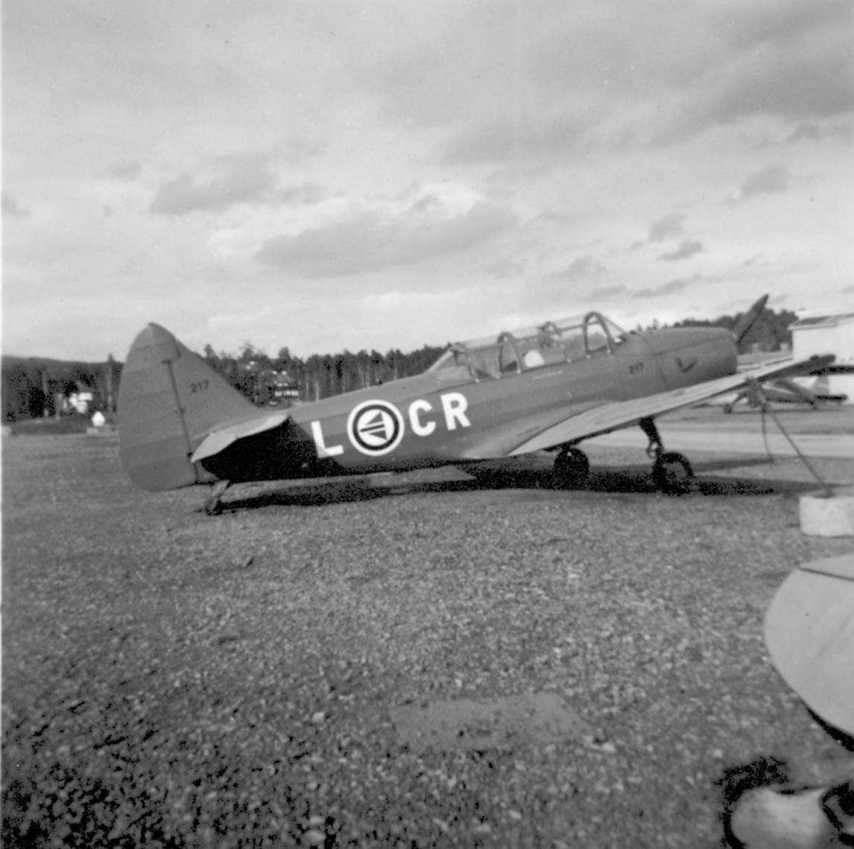 """Lufthavn. Ett fly på bakken, Fairchild Cornell PT-26B-FE L-CR """"Denmark II"""" fra RNoAF."""