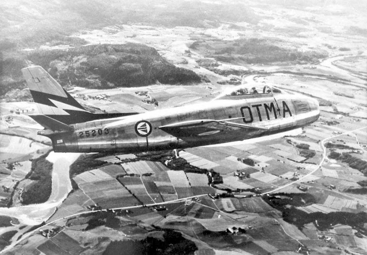Luftfoto av et fly, F-86F Sabre.