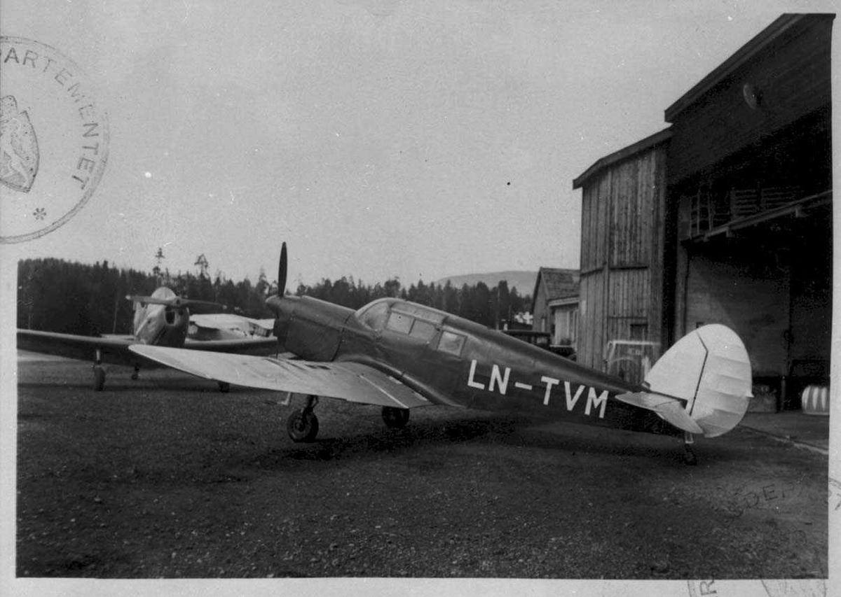Lufthavn. Ett fly på bakken, Percival P.30 Proctor Mk.II . LN-TVM .