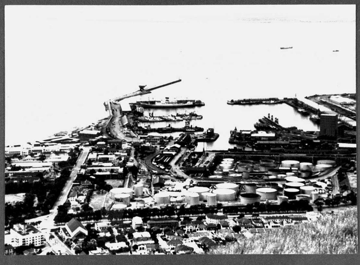 By med havneområde sett fra høydedrag.