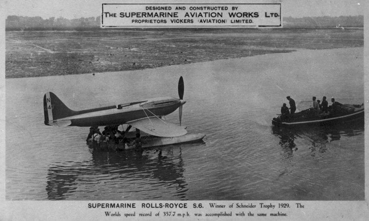 Ett fly på vannet. Supermarine (Rolls-Royce) S.6. Flere personer og en tilbringerbåt ved flyet.