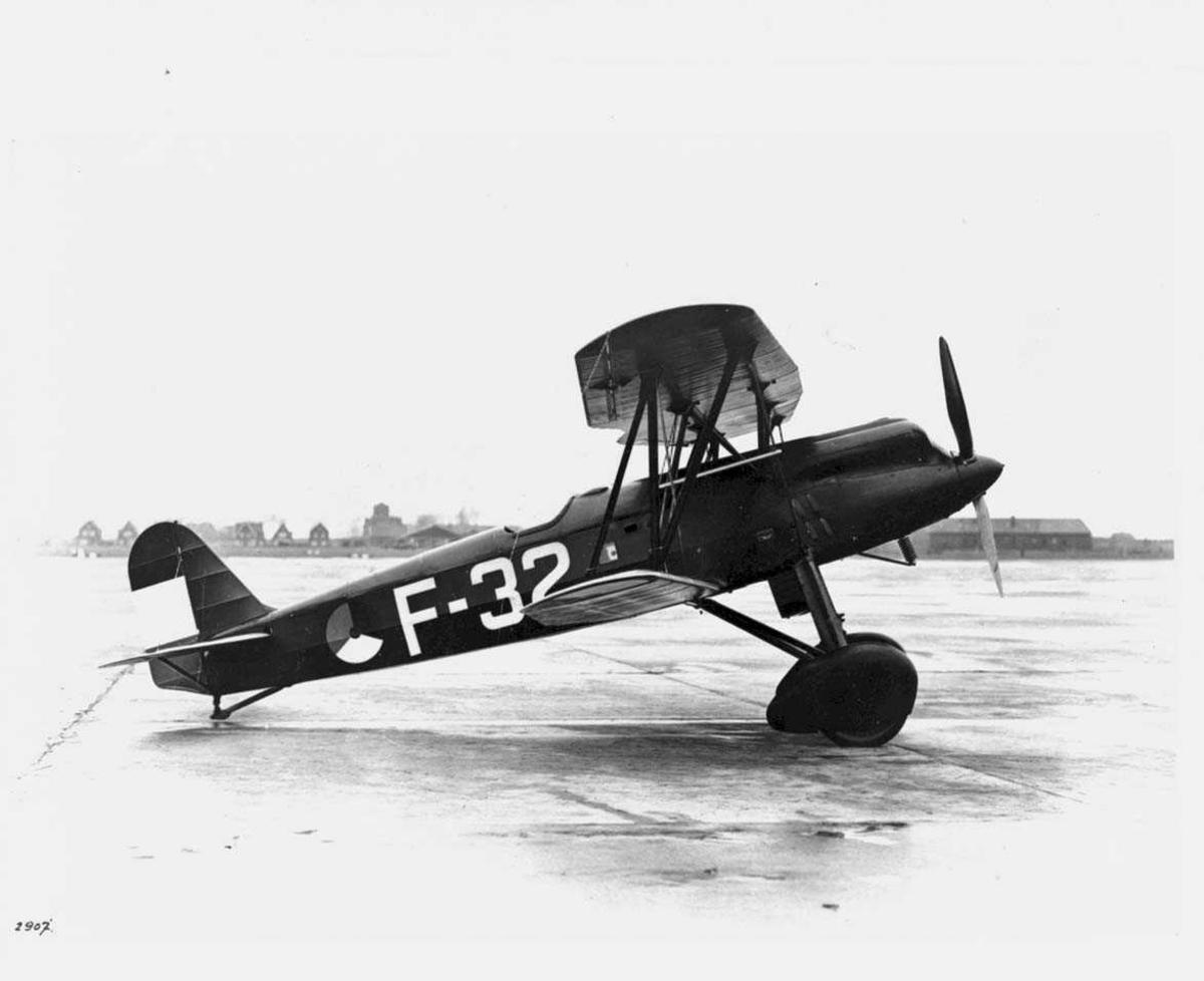 Lufthavn. Ett fly på bakken, Fokker D.XVII, F-32.