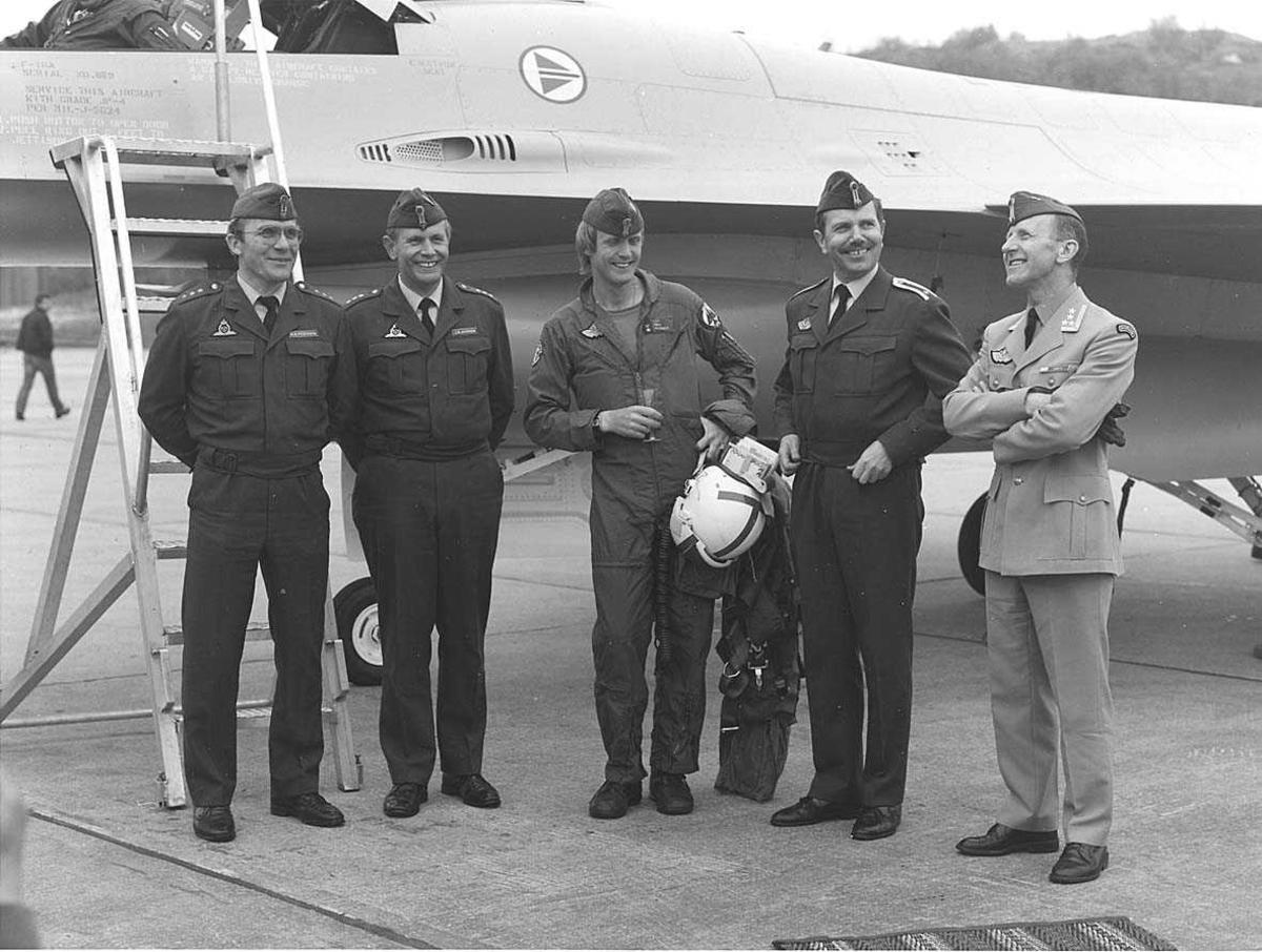 Det første F-16 jagerflyet som ankom 334 skvadron, Bodø hovedflystasjon. 5 personer fotografert foran flyet.