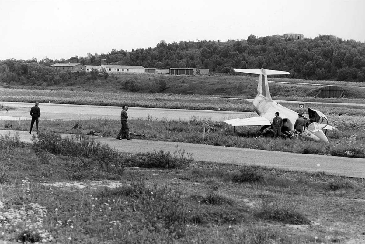 Et jagerfly har kjørt utenfor rullebanen.