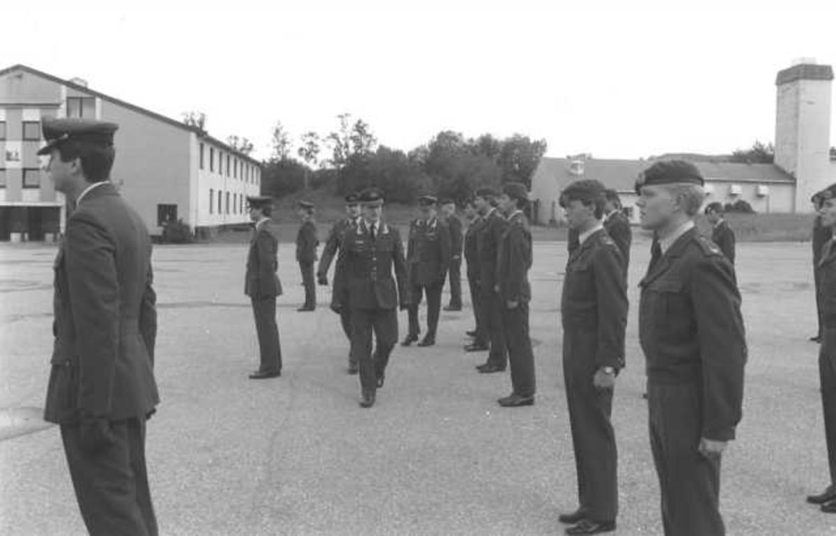 Oppstilling av militært personell samt inspeksjon.