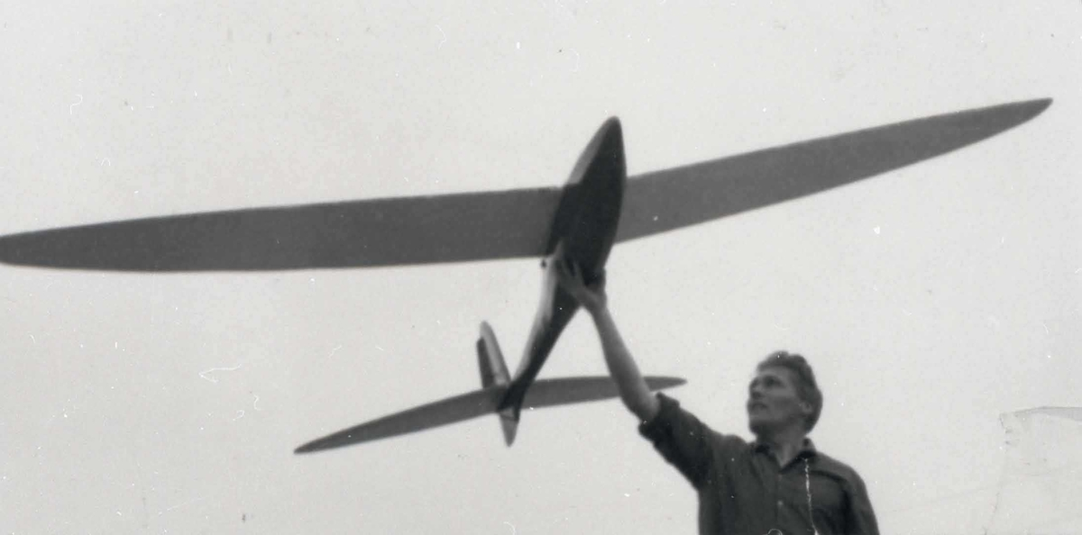 En person med ett modellfly i hendene