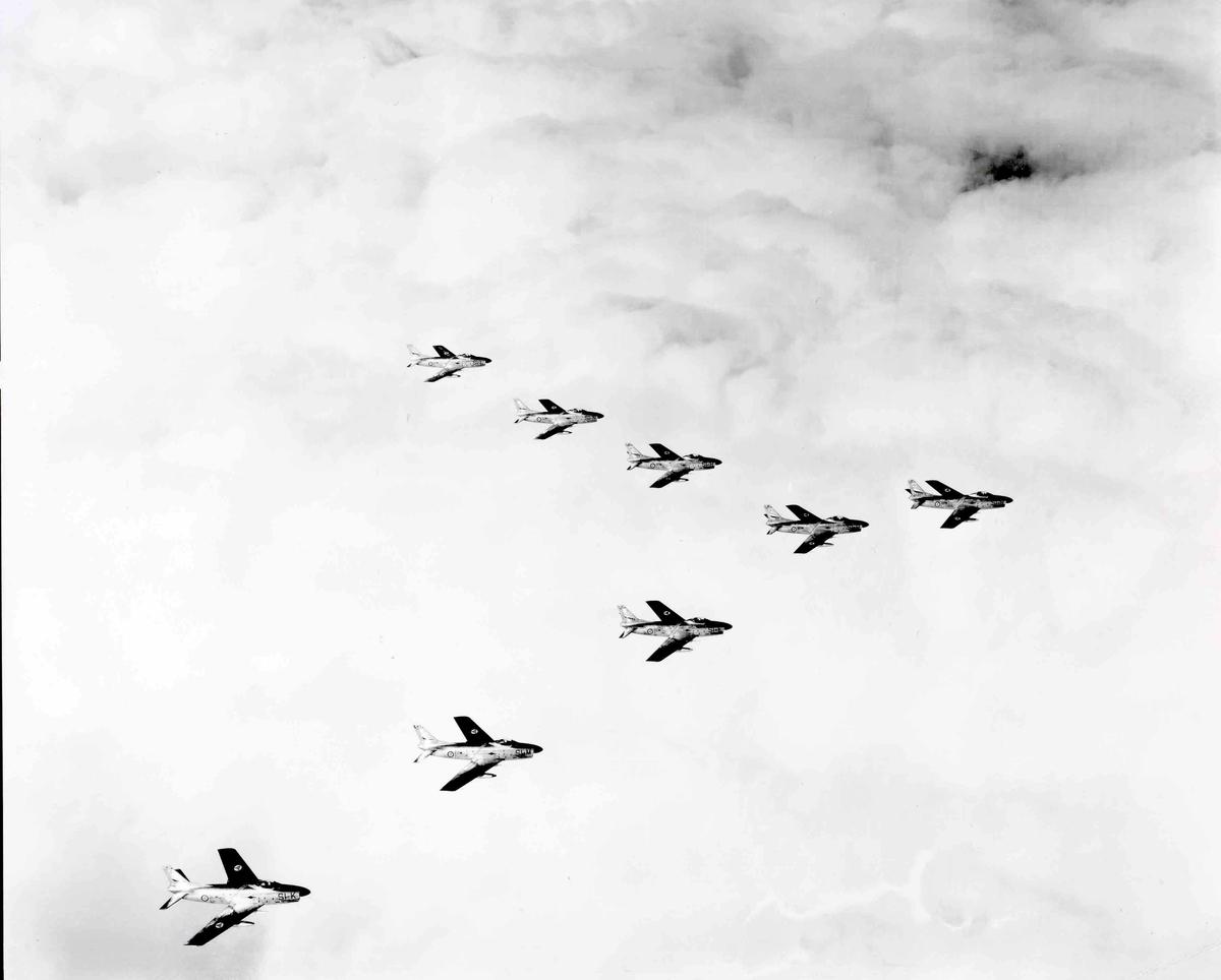 Åtte F-86-K Sabre tilhørende 339 skv Bardufoss flystasjon i formasjon, SI-B, SI-E, SI-K, SI-L, SI-M, SI-N, SI-O, SI-R.