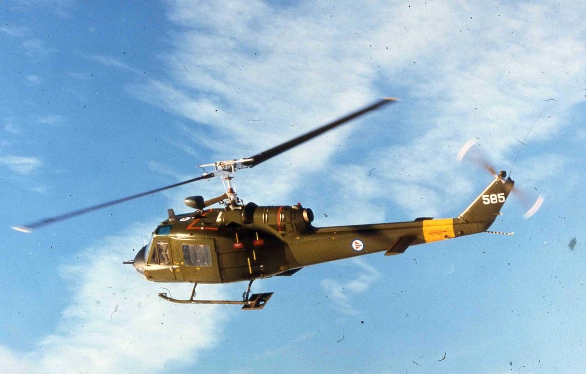 Ett helikopter i lufta , Bell UH-1B  585.