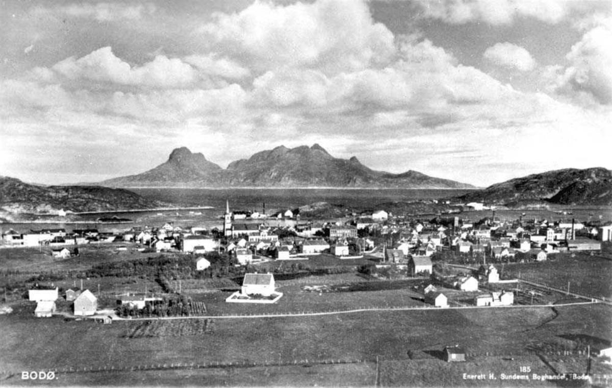 Utsikt over Bodø. Fjell i bakgrunnen. Utsikt til Landegode.