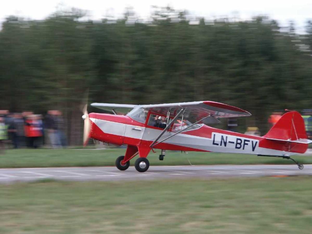 Lufthavn (flyplass). Ett fly på bakken, Auster Aircraft Ldt. J/1 Autocrat, LN-BFV