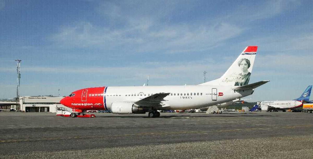Lufthavn (flyplass). Ett fly på bakken Boeing 737-3Y0, LN-KKN fra Norwegian.