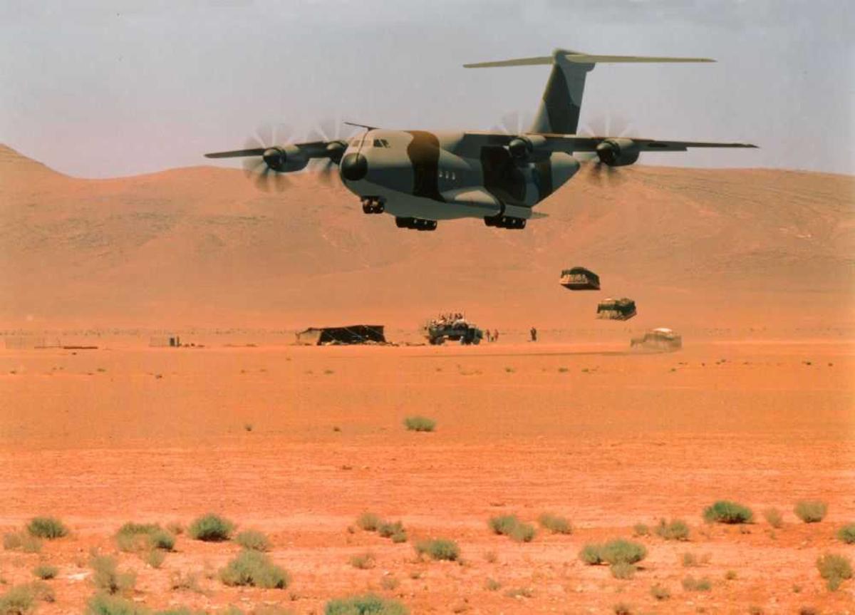 Ett fly i lufta, Airbus A400M i lav høyde over ørkensand (drop).
